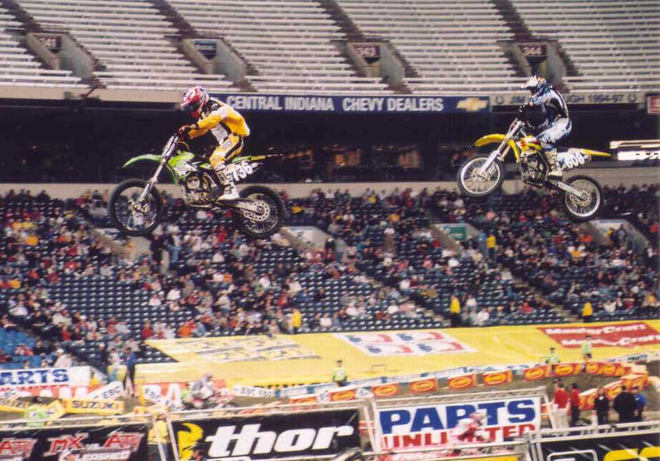 Aaron Yoder battling with Dustin Pulley, 2005 RCA Dome THQ AMA Supercross
